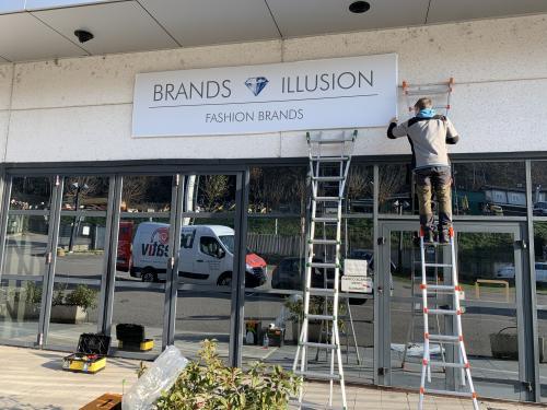 Insegna a pannello brand illusion 1