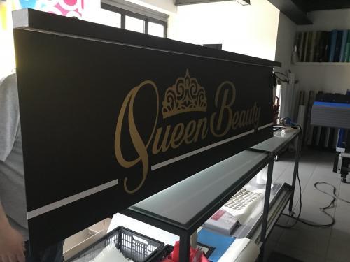 Insegna a pannello con baffo luminoso Queen Beauty 4