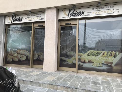 Insegna e vetrofania satinato Bakery