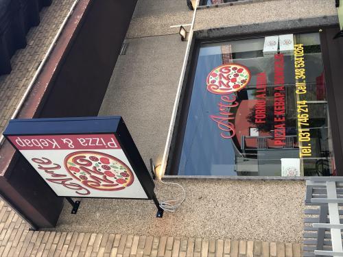 Insegna a Bandiera luminosa e vetrofania Arte e Pizza