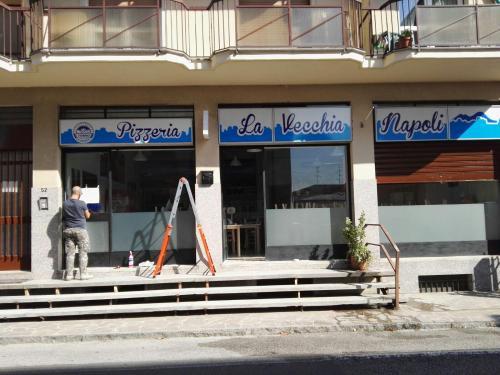 Insegne e vetrofanie La vecchia Napoli 7