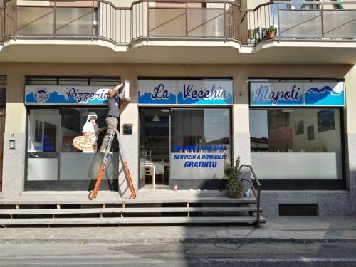 Insegne e vetrofanie La vecchia Napoli 8
