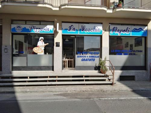 Insegne e vetrofanie La vecchia Napoli 9
