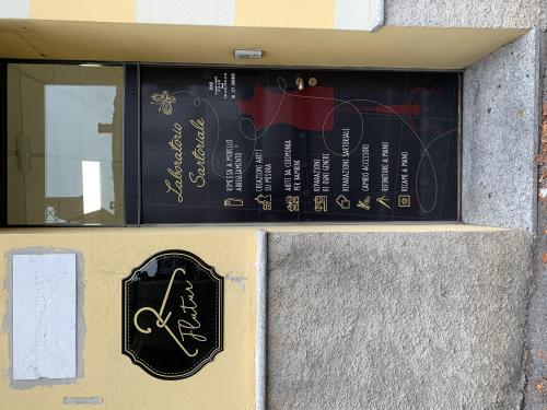 Insegna sagomata vintage e decorazione porta flutur 2
