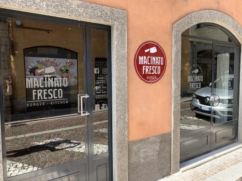 Insegna sagomata vintage e vetrofania Macinato fresco 1