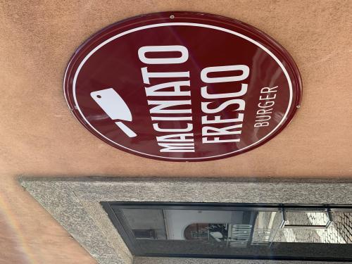 Insegna sagomata vintage e vetrofania Macinato fresco 4