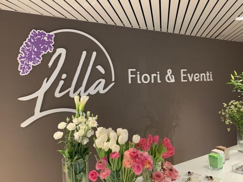 Interior design murofania pantografata lilla fiori 1