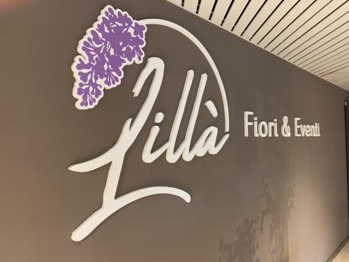 Interior design murofania pantografata lilla fiori 2