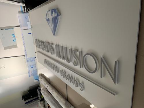 Interior design pannello con lettere sagomate brand illusion 1