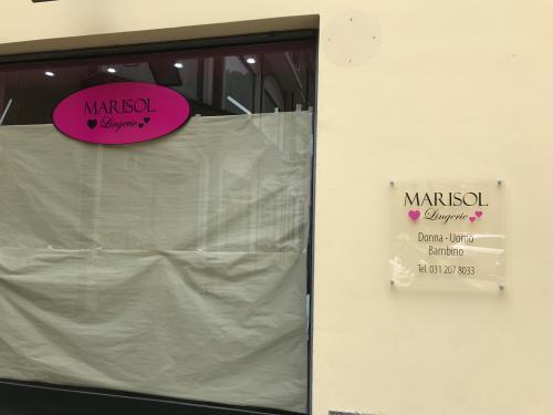 Vetrofania e targa in plexiglass Marisol