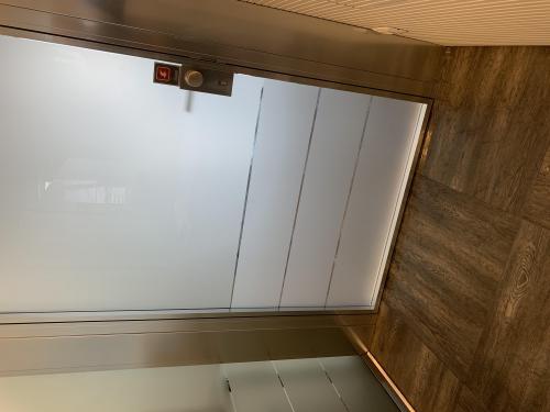 Interior design vetrofania satinata porta 1
